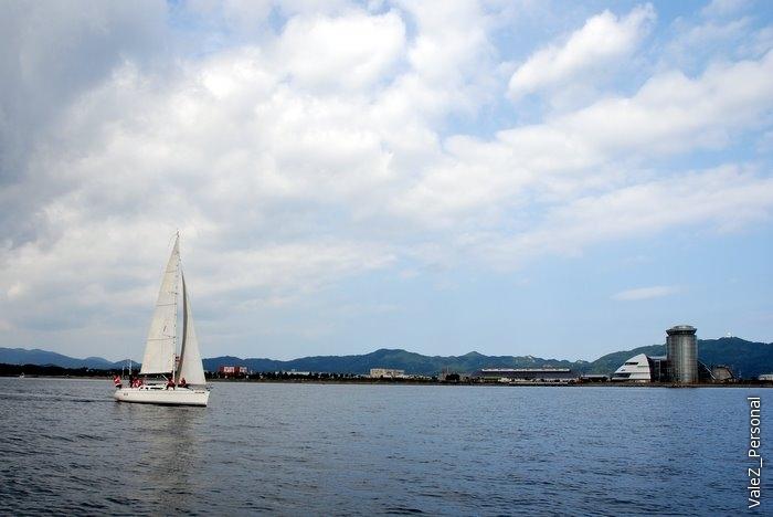 Плавали мимо Башни Сакайминато, где мы были в первый день