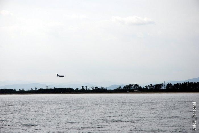 Самолет садится над морем и на взлетную полосу, в гористой местности по другому никак.