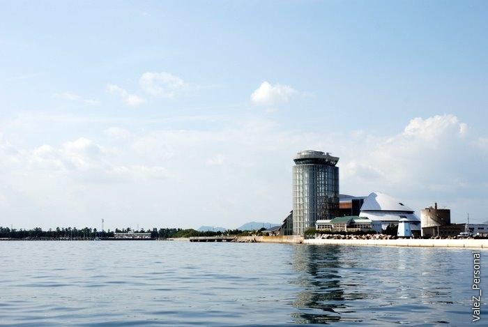 Главная башня города красиво отражается в воде