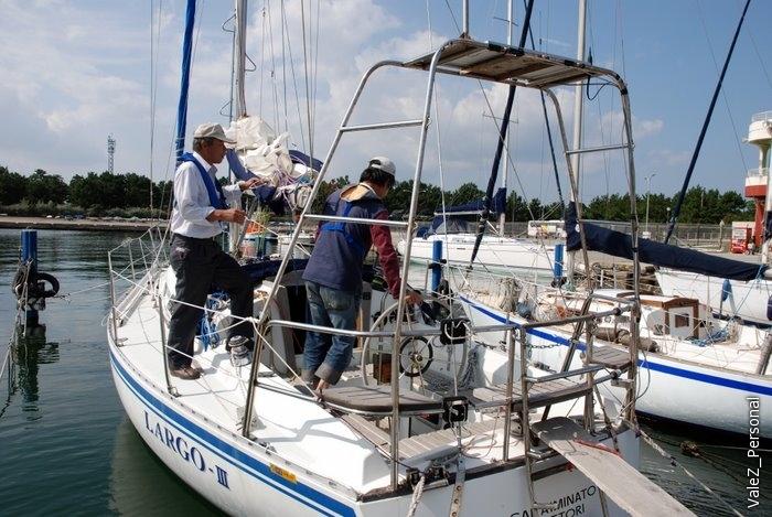 Хозяева яхты могут отдохнуть от нас, спокойно поплавать, потравить снасти и байки