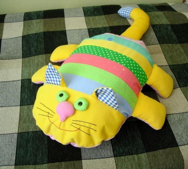 Первый вариант - котик-подушка, второй - мягкие котомалыши. ткани. швейный набор.  Что понадобится?