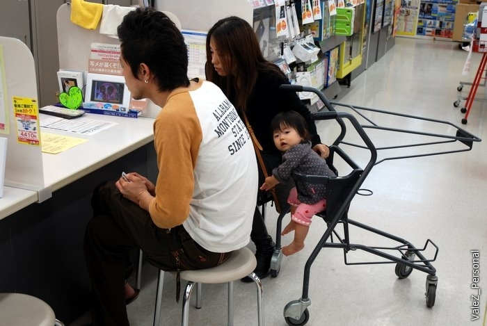 Японская семья, видимо берут кредит на покупку, с ребенком, ребенка повернули к фотографам специально, чтобы не мешались:)