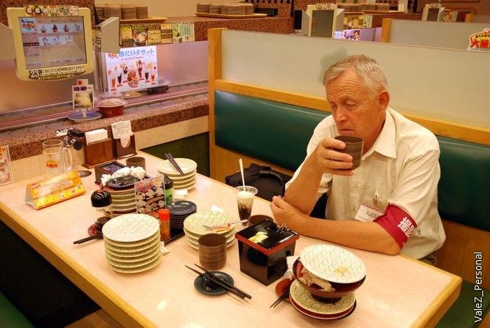 Александр Николаевич явно устал. Чай можно наливать сколько угодно, краник с кипятком у каждого стола, там же чайный порошок