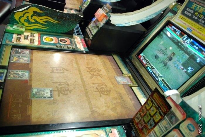 Первый раз вижу автомат, который играет в карточную игру реальными карточками. Интересно - игрок тоже приходит со своим набором?