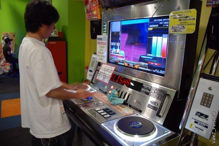 А это автомат, где надо выступить диджеем, очень смешно смотрится со стороны