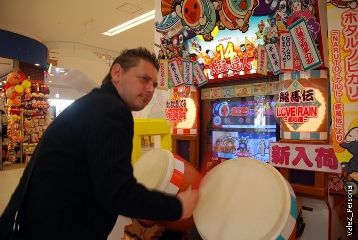 Сережа показывает как барабанить в барабаны