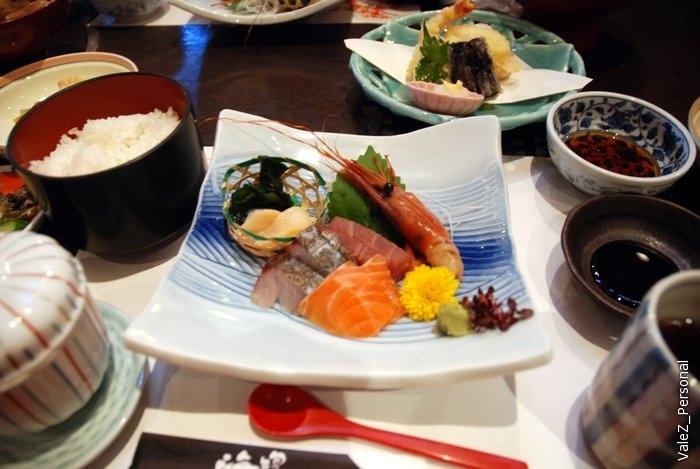 Даже Лариса соблазнилась попробовать сырую рыбу и пожалела,что пропустила эту вкусноту все две недели. Едем дальше смотреть настоящий самурайский замок в Мацуэ