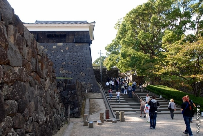 Поднимаемся по лестнице в замковый комплекс