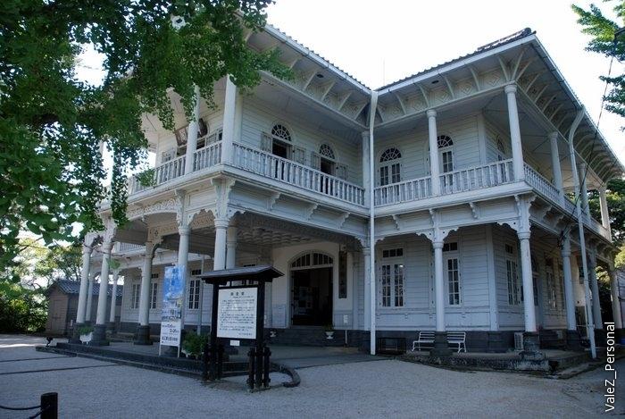Говорят, что это здание в русском стиле. Строилось, когда в Мацуэ должен был приехать император, но он туда не приехал