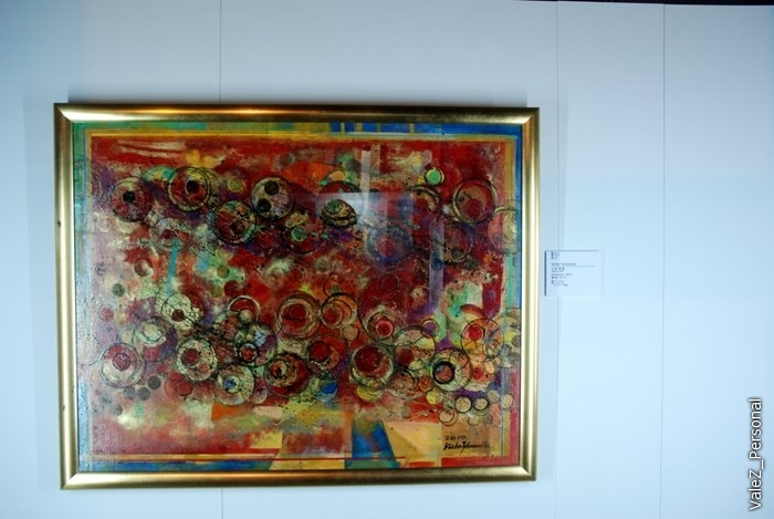 На одном из этажей - выставка современного искусства