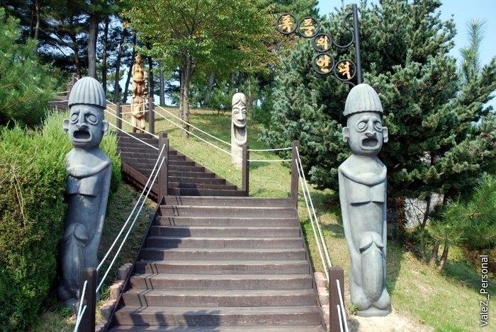 Вверх вниз по лестницам, как мы привыкли уже в любом парке