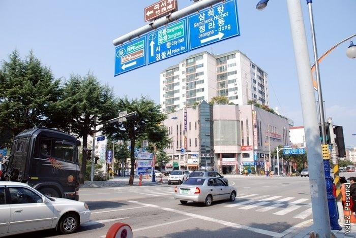 А вот корейский город. Знакомое нам правостороннее движение, все как у людей уже почти