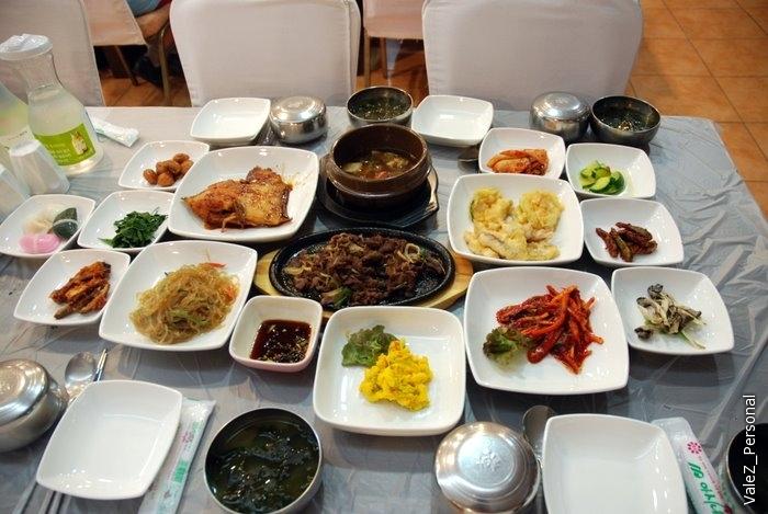 А вот как угощали нас. Из съедобного - стеклянная лапша, рис и мясо, остальное очень острое, особенно капуста-кимчи, главное их блюдо, мне не понравилось