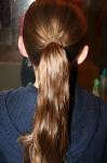Соберите волосы назад по центру в тугой хвост и закрепите резинкой.