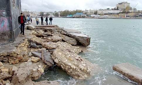 Набережная возле Института биологии южных морей (Аквариум) - ее потом значительное время восстанавливали.