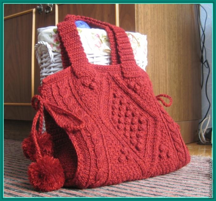Красная сумка с забавными помпонами