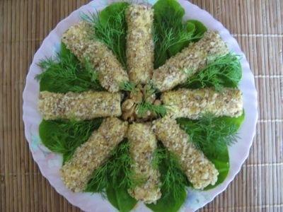 Выкладываем на листья салата и украшаем веточками укропа.