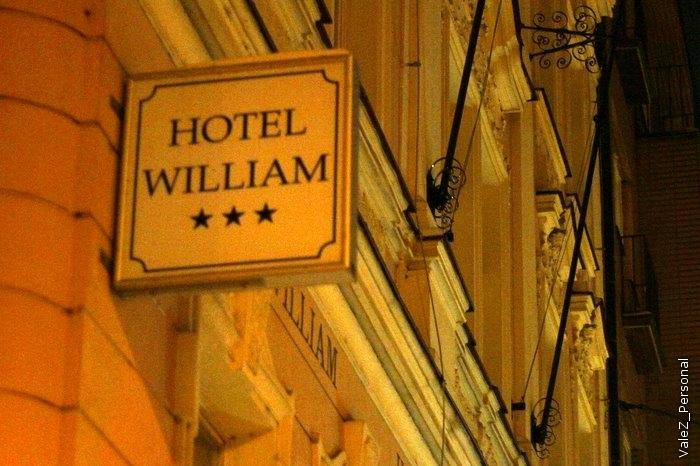 Вывеска отеля, где мы жили. Ждите фотографий второго дня осмотра Праги, а также подборки фотографий Алены, которая путешествовала с нами