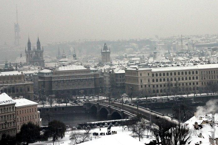 Продолжаю показывать заснеженную декабрьскую Прагу. Слева в тумане - телебашня, очень жалею, что не побывали на ней.