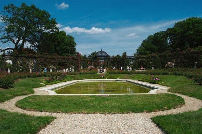 Расположенный около 8 км к югу от Парижа, на улице Альберта Watel в Лей-Ле-Роз , Валь-де-Марн, охраняемый парк с вековыми деревьями с кучей запахов и взрывов цвета, этот необыкновенный сад приглашает вас открыть для себя более 16000 кустов роз 3300 видов