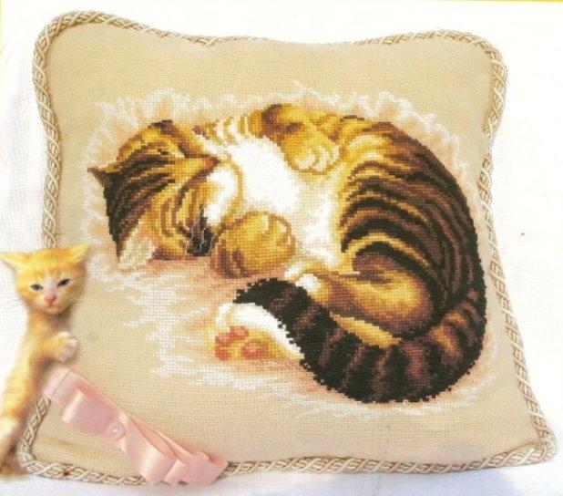 Подушка с кошкой.