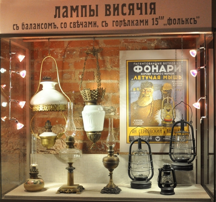 Керосиновая лампа. Это мое послевоенное детство. Перебои с электричеством бывали часто, и мы коротали долгие вечера вокруг этой лампы. Загадочные тени от лампы, ее мерцающего фитилька кружились по стенам.