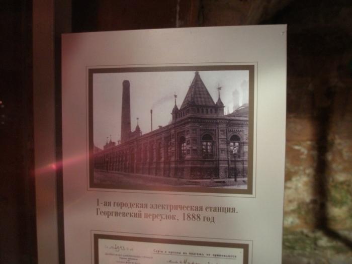 За зданием старинной электростанции на углу Большой Дмитровки стоит Пашина математическая школа №179. Когда Паша в ней учился, в этом здании были правительственные гаражи. Теперь здесь выставочный зал Малый Манеж.