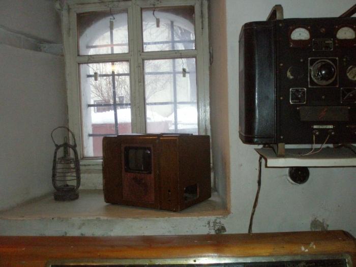 Ах, какая встреча! Первый массовый отечественный телевизор КВН (Купил-Включил-Не работает). В старинных каменных палатах с метровыми стенами он тоже выглядит очень старинным.