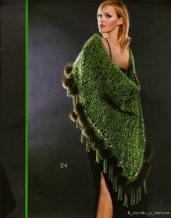 Теплая шаль, связанная спицами.