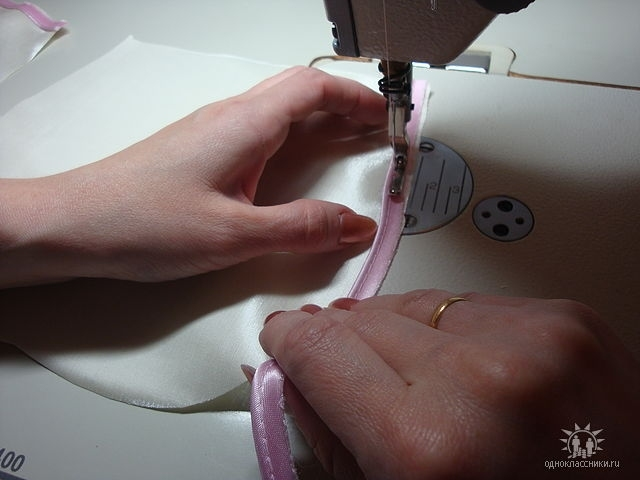 На лицевую сторону меньших дет.нижних и верхних лепестков настрачиваем кант по окружности,совмещая срезы