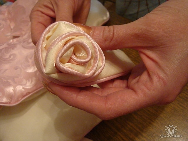 Заготовленную длинную дет.постепенно скручиваем в розочку,закрепляя вручную снизу