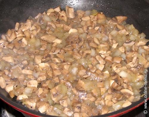 Грибы и лук порезать кубиками и обжарить.