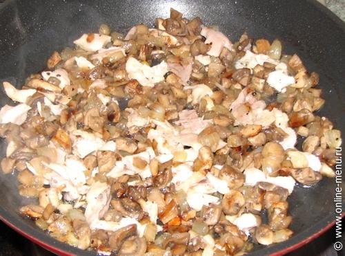 Добавить нарезанное куриное филе, посолить, поперчить и жарить на маленьком огне до готовности.