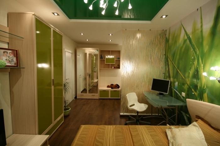 Фотообои в спальне, например, должны сочетаться по цвету с гардинами...