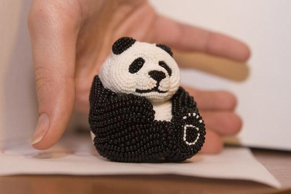 Помогите найти( очень надо) Помогите найти схему объёмной панды из бисера, по всему инету искала не нашла.