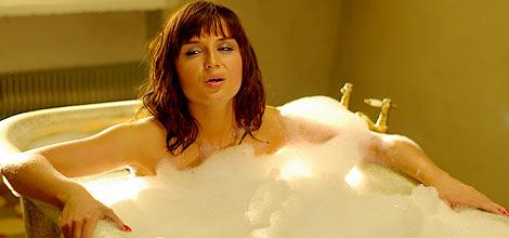 Как купается телка в ванной