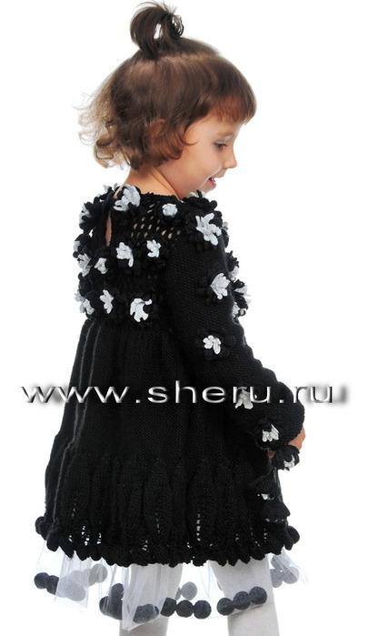 Схемы вязания черного детского платья, декорированного цветочками и...