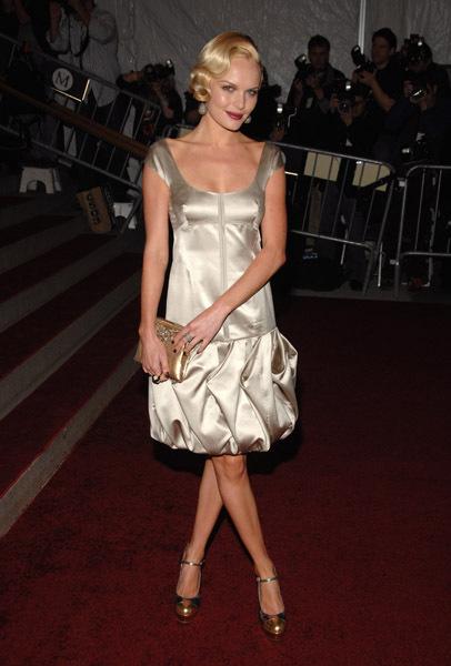 Интригующее. короткое платье. с юбкой-тюльпаном из серебристого атласа...