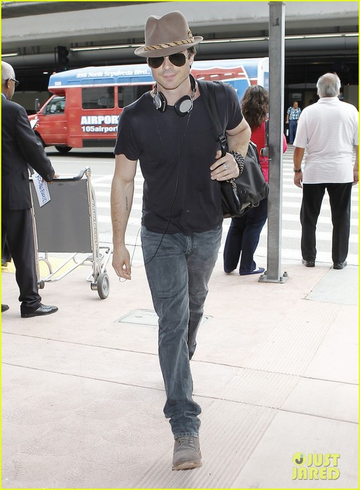 ian-somerhalder-paul-wesley-land-at-lax-together-05 (514x700, 92Kb)