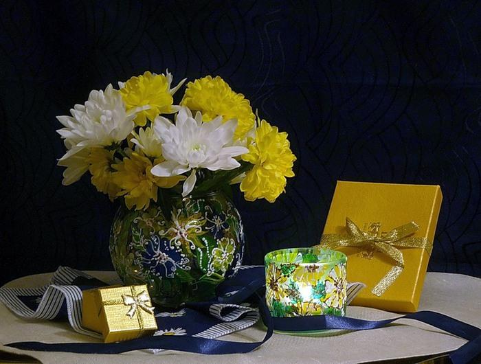 Натюрморты Хризантемы на столе 0_418b4_84e1e137_XL (700x530, 110Kb)
