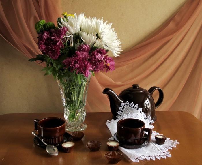 Натюрморты Хризантемы на столе 0_530da_579f7364_XL (700x572, 99Kb)