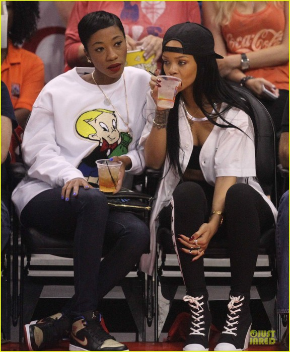 rihanna-melissa-forde-cheer-on-clippers-05 (576x700, 103Kb)