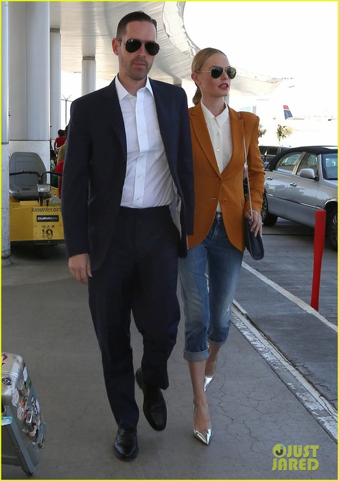 kate-bosworth-has-a-surreal-moment-at-the-airport-01 (494x700, 79Kb)