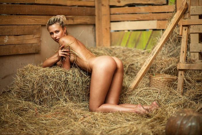 голые девчонки на сене фото его вдруг
