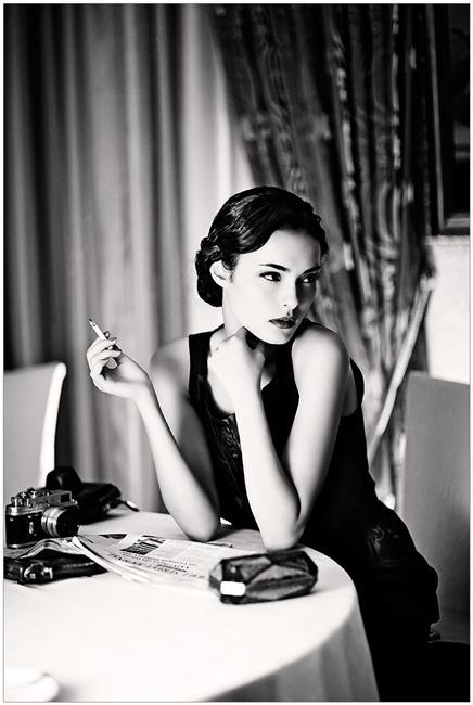черно белая фотография девушка с сигаретой