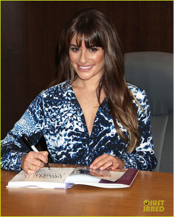lea-michele-book-signing-grove-brunette-ambition-05 (560x700, 114Kb)