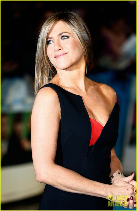 jennifer-aniston-works-the-red-carpet-while-drumming-up-a-ton-oscar-buzz-04 (456x700, 60Kb)