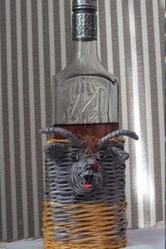 Подставка под бутылку ВЕСЕЛЫЙ КОЗЛИК. Плетение из газетных трубочек