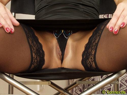 фото ажурные трусики под столом - 8