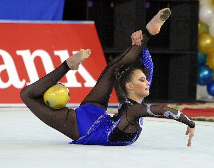 Представительницы спортивных школ по художестенной гимнастике из восьми...